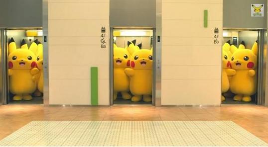 Một phút giải trí với những chú Pikachu đáng yêu đi thang máy